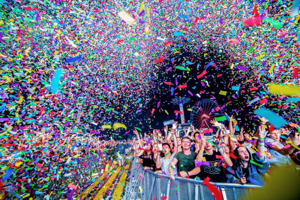 Mávészet (egyedi) 1. díjCsudai Sándor (Origo): KonfettiFesztiválozók a Balaton Sound utolsó koncertjén élvezik a konfetti eső