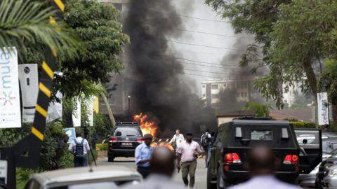 Nairobi, 2019. január 15. Sûrû fekete füst tör a magasba egy elõkelõ szállodakomplexum elõtt Nairobiban 2019. január 15-én. A szállodát ért támadás elkövetõjeként az al-Shabaab szomáliai terrorszervezet jelentkezett. A Star címû kenyai lap elõzetes értesülések alapján legalább három halottról tud. MTI/AP/Khalil Senosi