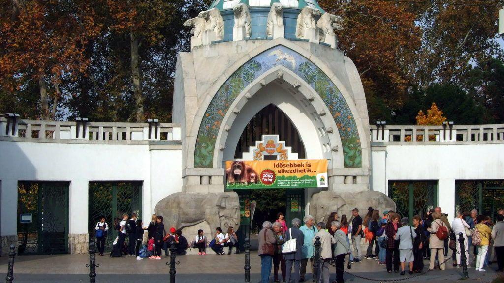 Budapest, 2017. október 18. Érdeklõdõk a Fõvárosi Állat- és Növénykert fõbejáratánál, mely a plakátjával õszi kedvezményes látogatásra hívja a nyugdíjasokat.  MTVA/Bizományosi: Jászai Csaba  *************************** Kedves Felhasználó! Ez a fotó nem a Duna Médiaszolgáltató Zrt./MTI által készített és kiadott fényképfelvétel, így harmadik személy által támasztott bárminemû – különösen szerzõi jogi, szomszédos jogi és személyiségi jogi – igényért a fotó készítõje közvetlenül maga áll helyt, az MTVA felelõssége e körben kizárt.