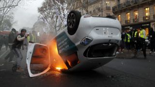 Párizs, 2019. január 5. A sárgamellényesek által felgyújtott autó lángol Párizsban 2019. január 5-én. A pártfüggetlen sárgamellényes mozgalom november közepén szervezõdött Franciaországban az üzemanyagadó emelése ellen. A november 17. óta tüntetõ sárgamellényesek azóta egyre több szociális jellegû követelést fogalmaznak meg, és Emmanuel Macron államfõ távozását követelik. MTI/EPA/Ian Langsdon