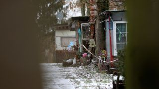 Lüdge, 2019. január 30. Rendõrségi szalaggal lezárt lakóépület egy kempingben, az észak-rajna-vesztfáliai Lüdge városban 2019. január 30-án. A hatóságok egy 56-éves német férfi és két tettestársa után nyomoznak, akik 2008 óta legkevesebb huszonhárom gyereket bántalmaztak szexuálisan, és kiskorúakról készítettek pornográf felvételeket. Az áldozatok a bûncselekmények elkövetésének idején 4 és 13 év közöttiek voltak, többségük lány. A három férfiból álló csoport ezernél is több szexuális bûncselekményt követhetett el gyermekek sérelmére Németországban. MTI/EPA/Friedemann Vogel