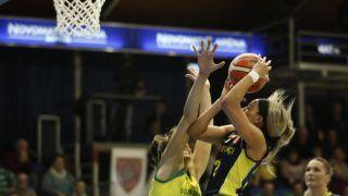 Sopron, 2019. január 24. Tina Jovanovic (b), a Sopron Basket, valamint Bria Hartley (k) és Anasztaszija Veramejenka, a Fenerbahce játékosai a nõi kosárlabda Euroliga B csoportjában játszott mérkõzésen, a soproni Novomatic Arénában 2019. január 24-én. Sopron Basket - Fenerbahce 80-84. MTI/Nyikos Péter