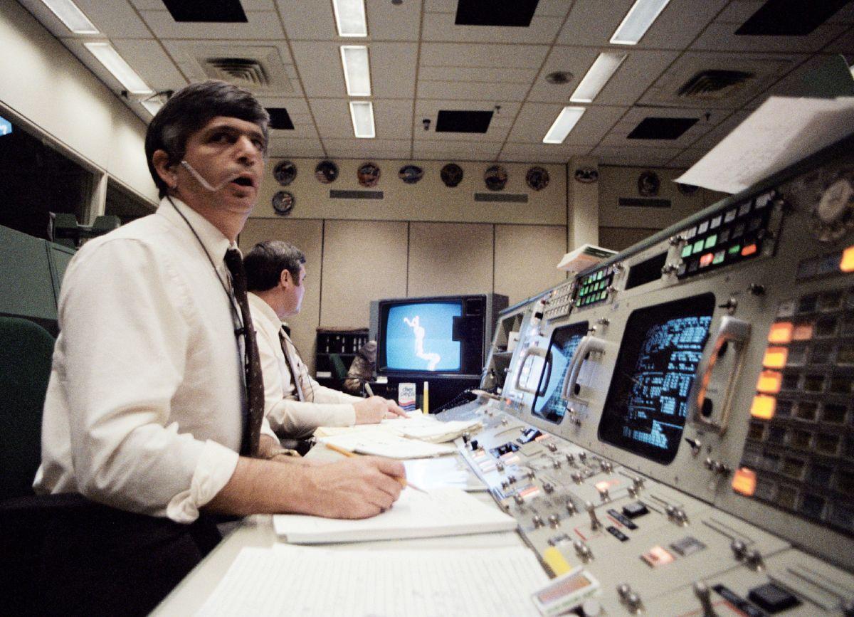 Jay H. Greene és Alan Lee a repülésirányításon Fotó: NASA
