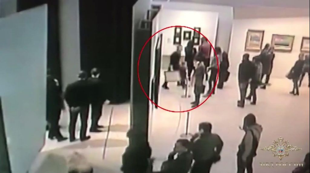 """An image grab taken from a video footage released by the Russian Interior Ministry on January 28, 2019, shows a man, stealing a famous painting by Arkhip Kuindzh during an exhibition at the Tretyakov Gallery in Moscow on January 27, 2019. - Russian authorities said they arrested a man on January 28, 2019 suspected of stealing a famous painting by a 19th century artist from a Moscow museum in broad daylight a day earlier. In the second serious security incident at the city's Tretyakov gallery in the past eight months, a work by Russian landscape painter Arkhip Kuindzhi was stolen at around 6pm (1500 GMT) during opening hours on Sunday, the gallery said. (Photo by Handout / Russian Interior Ministry / AFP) / RESTRICTED TO EDITORIAL USE - MANDATORY CREDIT """"AFP PHOTO / HO / RUSSIAN INTERIOR MINISTRY- NO MARKETING NO ADVERTISING CAMPAIGNS - DISTRIBUTED AS A SERVICE TO CLIENTS"""