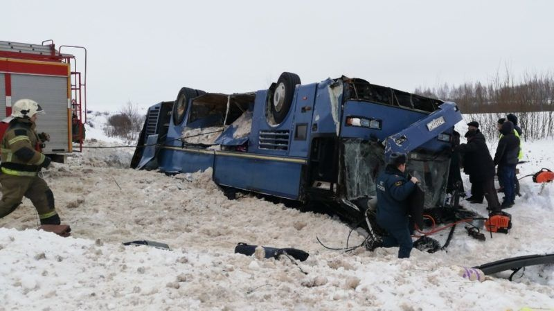 5770560 03.02.2019 In this handout photo released by Russian Emergency Situations Ministry rescue workers examine the crash site, in Kaluga region, Russia. A bus with 48 people on board including 33 children has turnud up side down on a regional road. Editorial use only, no archive, no commercial use. Russian Emergency Situations Ministry
