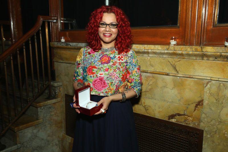 NEW YORK, NY - NOVEMBER 05: Mona Eltahawy poses with her award at The Women's Media Center 2015 Women's Media Awards on November 5, 2015 in New York City.   Cindy Ord/Getty Images for The Women's Media Center/AFP