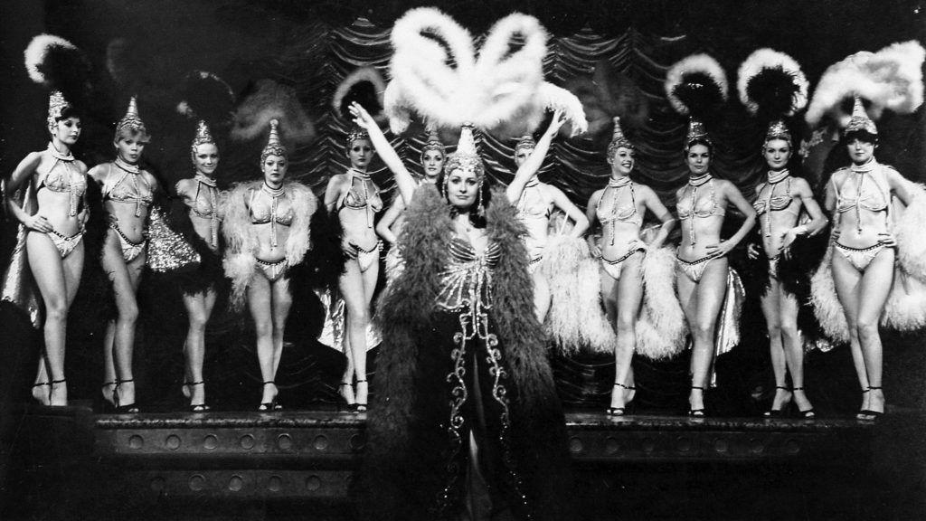 """Image: 38913669, Archív képek. Képsorozat Magay Klementina táncdalénekesnőről. A csinos, feketehajú lányt jól ismerjük a televízió képernyőjéről. Már tízéves korban kezdett énekelni, a Rádió gyermekkórusának volt tagja. Alig múlt tizenkét éves, amikor először lépett fel a televízióban. Az általános iskola elvégzése után már """"kiöregedett"""" a gyermekkórusból. Tizennégy éves korában a harminctagú Budapest leánykórus, később az öttagú Rózsa vokál tagjaként énekelt tovább. Alig múlt el tizenhat éves, amikor önállósította magát, és népszerű beat-zenekarokkal lépett fel szólóénekesként. Hamarosan népszerű lett mint táncdalénekesnő is., Place: Budapest, Hungary, License: Rights managed, Model Release: No or not aplicable, Property Release: Yes, Credit: smagpictures.com"""