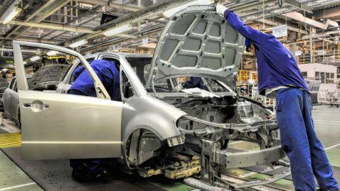 Esztergom, 2011. július 14.Szerelők egy személygépkocsi karosszériáját szerelik össze a Suzuki esztergomi gyárában, ahol legyártották a kétmilliomodik gépkocsit. MTI Fotó: Kovács Tamás