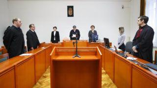Kaposvár, 2018. március 8.Balla Barbara bírónő (k) az ítéletet ismerteti az MVM Zrt. tulajdonában álló Paksi Atomerőmű Zrt. volt vezérigazgatója, Kocsis István és öt társa ellen bűnszervezetben elkövetett, különösen jelentős vagyoni hátrányt okozó hűtlen kezelés miatt indult büntetőperben a Kaposvári Törvényszéken 2018. március 8-én, az úgynevezett MVM-perben. A vád szerint a Magyar Villamos Művek (MVM), a Paksi Atomerőmű Zrt. és a System Consulting Zrt. egykori vezető beosztású dolgozói munkájuk során előnytelen szerződéseket kötöttek, az MVM-nek 15,1 milliárd forint vagyoni hátrányt okozva, amiből 12,1 milliárd forint térül meg.MTI Fotó: Varga György