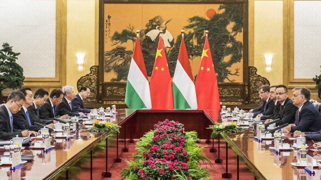 Peking, 2017. május 13.A Miniszterelnöki Sajtóiroda által közreadott képen a hivatalos látogatáson Kínában tartózkodó Orbán Viktor miniszterelnök (j4) és Li Ko-csiang kínai kormányfő plenáris megbeszélése (b3) a pekingi Nagy Népi Csarnokban 2017. május 13-án. A miniszterelnök mellett Szijjártó Péter külgazdasági és külügyminiszter (j5), Varga Mihály nemzetgazdasági miniszter (j6) és Pálinkás József, a Nemzeti Kutatási, Fejlesztési és Innovációs Hivatal elnöke (j).MTI Fotó: Miniszterelnöki Sajtóiroda / Szecsődi Balázs