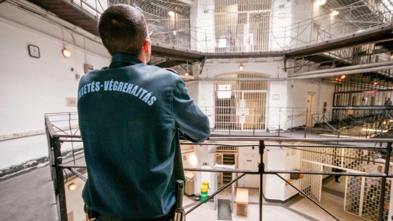 Image: 72986586, A Szegedi Fegyház és Börtön (Csillagbörtön) büntetés-végrehajtási intézet. A Szegedi Fegyház és Börtön 125 éve épült, akkoriban Európa egyik legkorszerűbb intézete volt. A Csillagbörtön napjainkban a súlyos bűncselekményt elkövetett fogvatartottak büntetés-végrehajtási intézete. A három telephelyen fogvatartott 1200 ember átlagéletkora 34 év, átlagos büntetési idejük 15 esztendő, nevelésükről, őrzésükről hétszázan gondoskodnak., Place: Szeged, Hungary, License: Rights managed, Model Release: No or not aplicable, Property Release: Yes, Credit: smagpictures.com