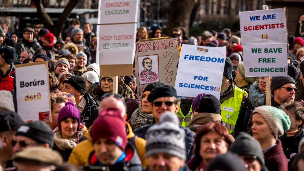Image: 73864400, Az Magyar Tudom·nyos AkadÈmia elnˆksÈge 2019. febru·r 2-·n szavazott a Palkovics-tervrıl. AmÌg az Èp¸letben a tervrıl szavaztak, a szÈkh·z elıtt Èlıl·nccal demonstr·ltak annak elfogad·sa ellen., Place: Budapest, Hungary, License: Rights managed, Model Release: No or not aplicable, Property Release: Yes, Credit: smagpictures.com