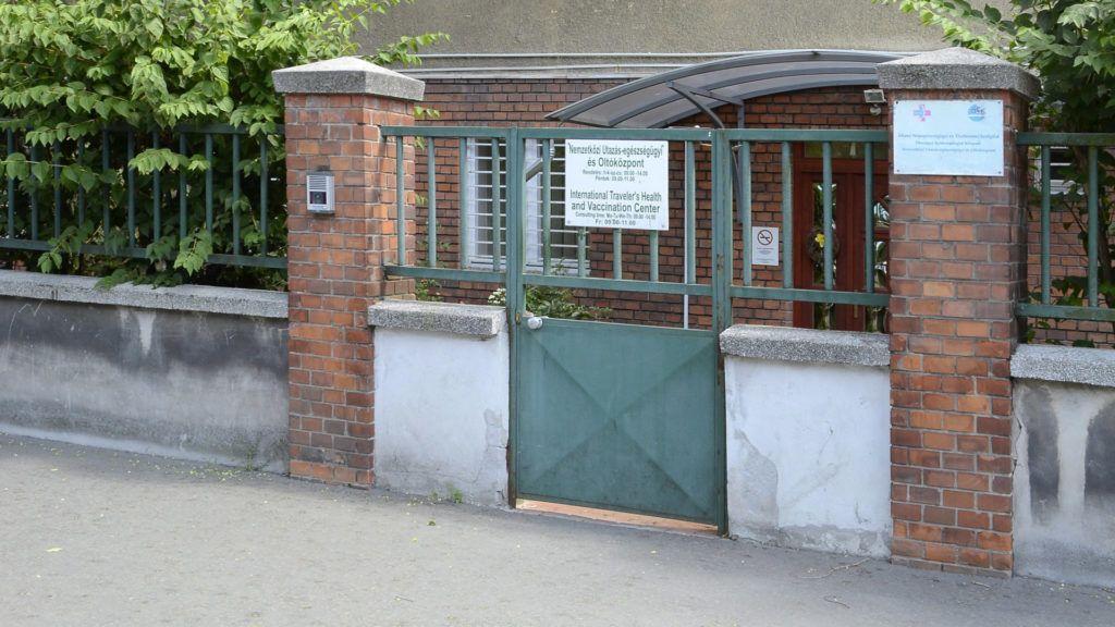 Budapest, 2016. július 6. Az Állami Népegészségügyi és Tisztiorvosi Szolgálat  Nemzetközi Utazás-egészségügyi és Oltóközpontjának a bejárata Budapesten a Nagyvárad téren. MTVA/Bizományosi: Róka László  *************************** Kedves Felhasználó! Ez a fotó nem a Duna Médiaszolgáltató Zrt./MTI által készített és kiadott fényképfelvétel, így harmadik személy által támasztott bárminemû – különösen szerzõi jogi, szomszédos jogi és személyiségi jogi – igényért a fotó készítõje közvetlenül maga áll helyt, az MTVA felelõssége e körben kizárt.