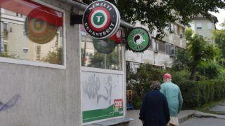 Budapest, 2016. október 1. Egy nyugdíjas pár megy vásárolni a Nemzeti Dohánybolt Egressy úti boltjába Zuglóban. MTVA/Bizományosi: Róka László  *************************** Kedves Felhasználó! Ez a fotó nem a Duna Médiaszolgáltató Zrt./MTI által készített és kiadott fényképfelvétel, így harmadik személy által támasztott bárminemû – különösen szerzõi jogi, szomszédos jogi és személyiségi jogi – igényért a fotó készítõje közvetlenül maga áll helyt, az MTVA felelõssége e körben kizárt.