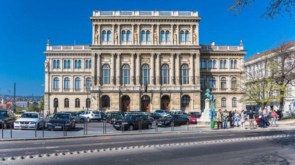 Budapest, 2017. április 2. A Magyar Tudományos Akadémia székháza Budapest V. kerületében, a Széchenyi István tér 9. alatt.  Az épület neoreneszánsz stílusban épült, tervezõje Friedrich August Stüler. A kivitelezés 1862 tavaszán kezdõdött Ybl Miklós és Szkalnitzky Antal vezetésével. A felavatásra 1865. december 11-én került sor. MTVA/Bizományosi: Faludi Imre  *************************** Kedves Felhasználó! Ez a fotó nem a Duna Médiaszolgáltató Zrt./MTI által készített és kiadott fényképfelvétel, így harmadik személy által támasztott bárminemû – különösen szerzõi jogi, szomszédos jogi és személyiségi jogi – igényért a fotó készítõje közvetlenül maga áll helyt, az MTVA felelõssége e körben kizárt.