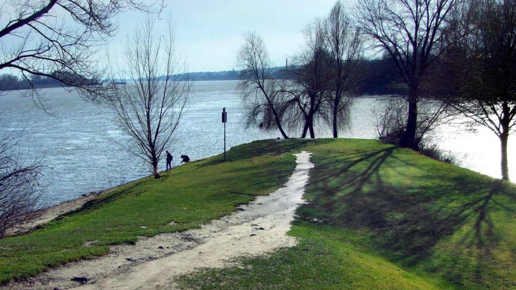 Budapest, 2016. február 22. Sétálgató fiatal pár pihent meg a Kopaszi-gát végében a Duna-parton, tavaszias napsütésben. Jobbra a Lágymányosi-öböl bejárata.  MTVA/Bizományosi: Jászai Csaba  *************************** Kedves Felhasználó! Ez a fotó nem a Duna Médiaszolgáltató Zrt./MTI által készített és kiadott fényképfelvétel, így harmadik személy által támasztott bárminemû – különösen szerzõi jogi, szomszédos jogi és személyiségi jogi – igényért a fotó készítõje közvetlenül maga áll helyt, az MTVA felelõssége e körben kizárt.