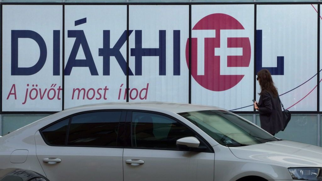 Budapest, 2017. szeptember 27. A Diákhitel bankkölcsön reklámja a fõváros II. kerületében a Kacsa utcában, egy irodaház falán. MTVA/Bizományosi: Jászai Csaba  *************************** Kedves Felhasználó! Ez a fotó nem a Duna Médiaszolgáltató Zrt./MTI által készített és kiadott fényképfelvétel, így harmadik személy által támasztott bárminemû – különösen szerzõi jogi, szomszédos jogi és személyiségi jogi – igényért a fotó készítõje közvetlenül maga áll helyt, az MTVA felelõssége e körben kizárt.