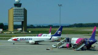 Budapest, 2018. augusztus 30. Elindul újabb légi útjára a Travel Service Boeing 737 típusú repülõgépe a Liszt Ferenc Nemzetközi Repülõtér betonján. Távolabb (b) a repülõtér irányítótornya, jobbra pedig a Wizz Air légitársaság két Airbus gépét készítik fel újabb indulásra. MTVA/Bizományosi: Jászai Csaba  *************************** Kedves Felhasználó! Ez a fotó nem a Duna Médiaszolgáltató Zrt./MTI által készített és kiadott fényképfelvétel, így harmadik személy által támasztott bárminemû – különösen szerzõi jogi, szomszédos jogi és személyiségi jogi – igényért a fotó készítõje közvetlenül maga áll helyt, az MTVA felelõssége e körben kizárt.
