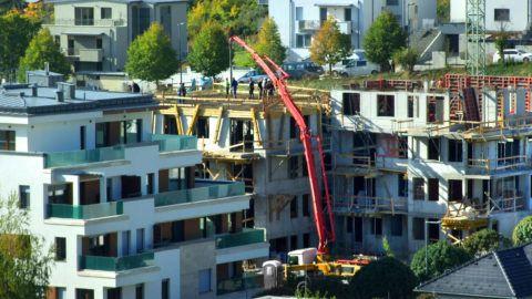 Budapest, 2018. október 5. Modern társas lakóépületek sokasodnak a fõváros XI. kerületében a Madárhegy városrészben. Toronydaruk és betonpumpa segíti a kivitelezõ szakemberek munkáját a Facsemete utca egyik építkezésén (k). MTVA/Bizományosi: Jászai Csaba  *************************** Kedves Felhasználó! Ez a fotó nem a Duna Médiaszolgáltató Zrt./MTI által készített és kiadott fényképfelvétel, így harmadik személy által támasztott bárminemû – különösen szerzõi jogi, szomszédos jogi és személyiségi jogi – igényért a fotó készítõje közvetlenül maga áll helyt, az MTVA felelõssége e körben kizárt.
