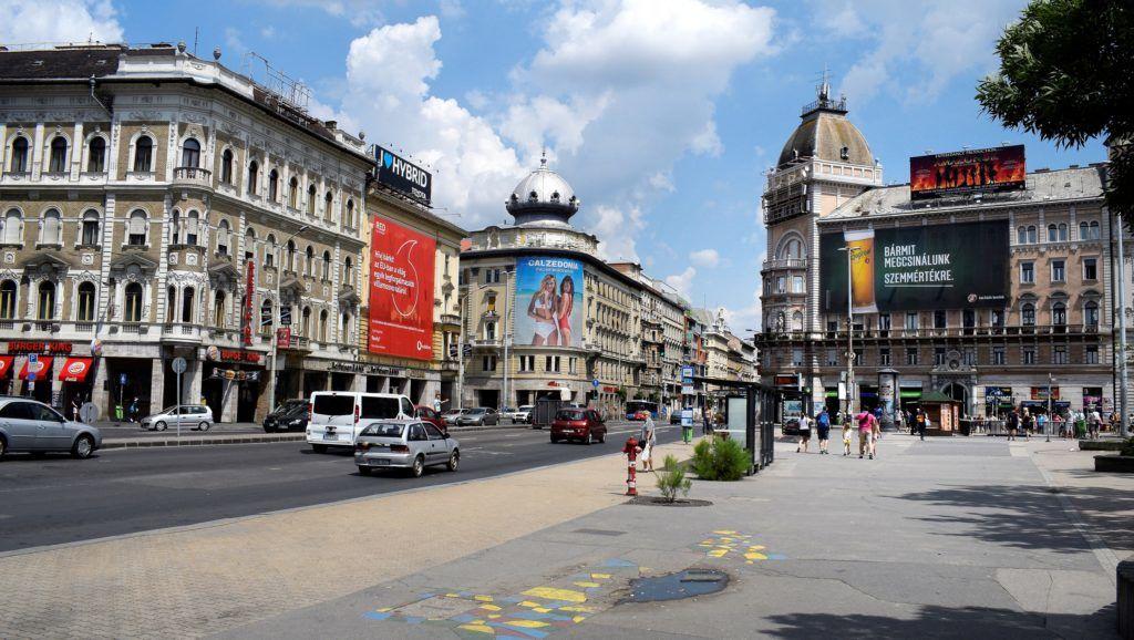 Budapest, 2018. május 27. A Blaha Lujza tér látképe a Rákóczi út mellõl, a József körút felé.  MTVA/Bizományosi: Róka László  *************************** Kedves Felhasználó! Ez a fotó nem a Duna Médiaszolgáltató Zrt./MTI által készített és kiadott fényképfelvétel, így harmadik személy által támasztott bárminemû – különösen szerzõi jogi, szomszédos jogi és személyiségi jogi – igényért a fotó készítõje közvetlenül maga áll helyt, az MTVA felelõssége e körben kizárt.