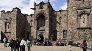 Edinburgh, 2009. április 29. A Korona tér (Crown Square) a vár legmagasabb pontja. Északról a képen látható Skót Nemzeti Katonai Emlékhely épülete határolja. MTI Zrt. / Bizományosi: Lehotka László *************************** Kedves Felhasználó! Az Ön által most kiválasztott fénykép nem képezi az MTI fotókiadásának és archívumának szerves részét. A kép tartalmáért és a szövegért a fotó készítõje vállalja a felelõsséget.
