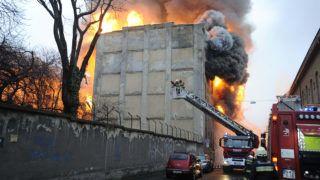 Budapest, 2018. március 7.Tűzoltók oltanak egy ezer négyzetméter alapterületű, ötszintes, kigyulladt raktárépületet a Dandár utcában 2018. március 7-én.MTI Fotó: Mihádák Zoltán