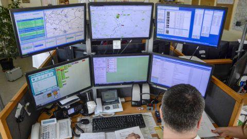 Szolnok, 2015. március 17.Az újonnan átadott mentésirányítási központ Szolnokon 2015. március 17-én. A megyei jogú vidéki városok közül utolsóként Szolnokon is átadták az Országos Mentőszolgálat (OMSZ) új mentésirányítási rendszerének helyi központját. Az uniós forrásból megvalósult fejlesztés mellett a szolnoki mentőállomás épülete és eszközállománya is megújult.MTI Fotó: Mészáros János