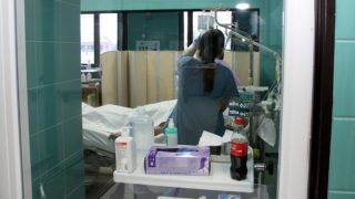 Veszprém, 2015. február 17.Egy beteget ápolnak a veszprémi Csolnoky Ferenc Kórház intenzív terápiás osztályán 2015. február 17-én. Ezen a napon adták át a veszprémi kórházban a megújult aneszteziológiai és intenzív terápiás osztályt, a központi sterilizálót, valamint a fül-orr-gégészeti részleget.MTI Fotó: Nagy Lajos