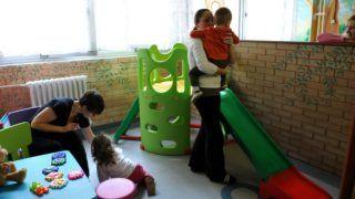 Kistarcsa, 2012. március 7. Beteg gyermekek édesanyjukkal a kistarcsai Flór Ferenc kórház gyermekosztályán, ahol csak egy szülõ tartózkodhat az influenzajárvány miatti látogatási tilalom alatt. A fekvõbeteg-intézmény szülészetén, az újszülöttrészlegen, az onkológián és az intenzív osztályon sem fogadhatnak látogatókat a betegek. MTI Fotó: Kovács Attila