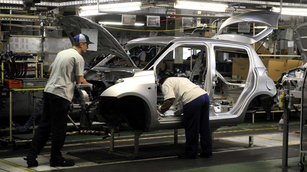 Esztergom, 2012. április 20. Alkalmazottak egy személygépkocsi karosszériáját szerelik össze a Magyar Suzuki Zrt. esztergomi gyárában. A kép csak a gyár mûködését bemutató illusztrációként használható fel. MTI Fotó: Kovács Attila