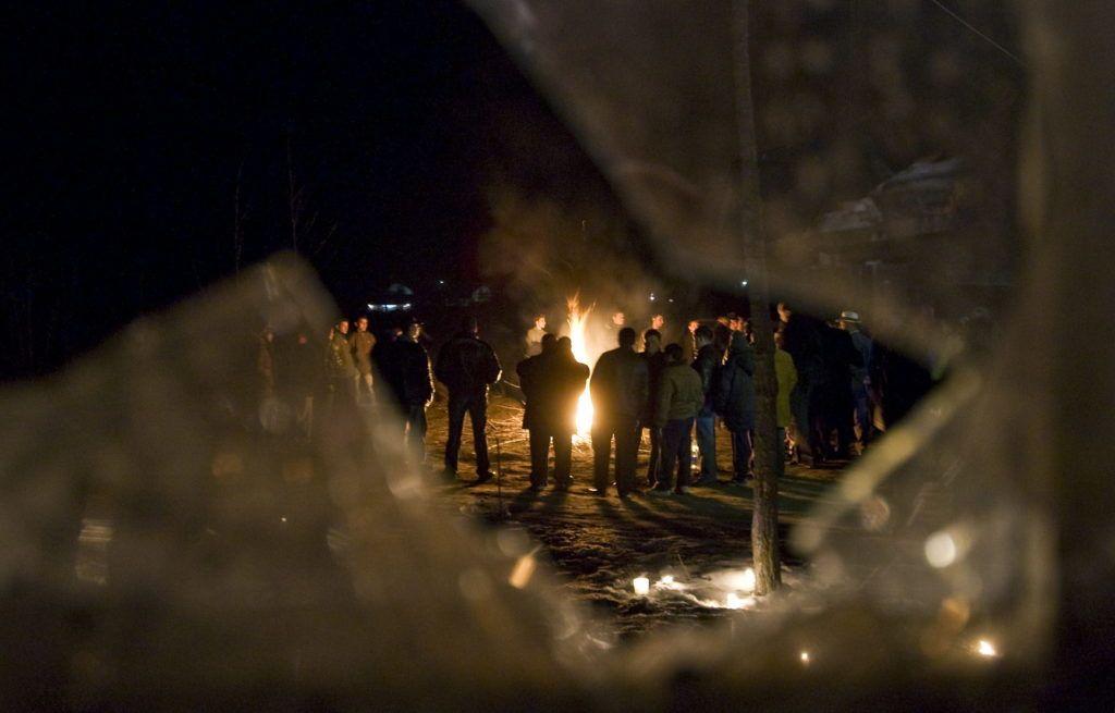 Tatárszentgyörgy, 2009. február 24.Megemlékezők tábortüzet állnak körbe azon a virrasztáson, amelyet azelőtt a kiégett tatárszentgyörgyi ház előtt tartottak, ahol február 23-ára virradóra brutális bűncselekmény történt, amelyben egy kisfiút és édesapját ismeretlenek agyonlőtték, házuk pedig eddig tisztázatlan körülmények között kigyulladt, majd teljesen kiégett. A támadás során egy 3 és egy 6 éves gyermek szintén megsérült, őket édesanyjukkal a mentők Budapestre szállították kórházba.MTI Fotó: Ujvári Sándor