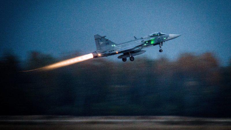 Kecskemét, 2016. október 25. Egy JAS-39 Gripen típusú vadászrepülõgép éjszakai kiképzõ repülésen az MH 59. Szentgyörgyi Dezsõ Repülõbázison, Kecskeméten 2016. október 25-én. Az éves kiképzési tervnek megfelelõen október 18. és 28. között éjszakai repüléseket hajtanak végre a pilóták. MTI Fotó: Ujvári Sándor