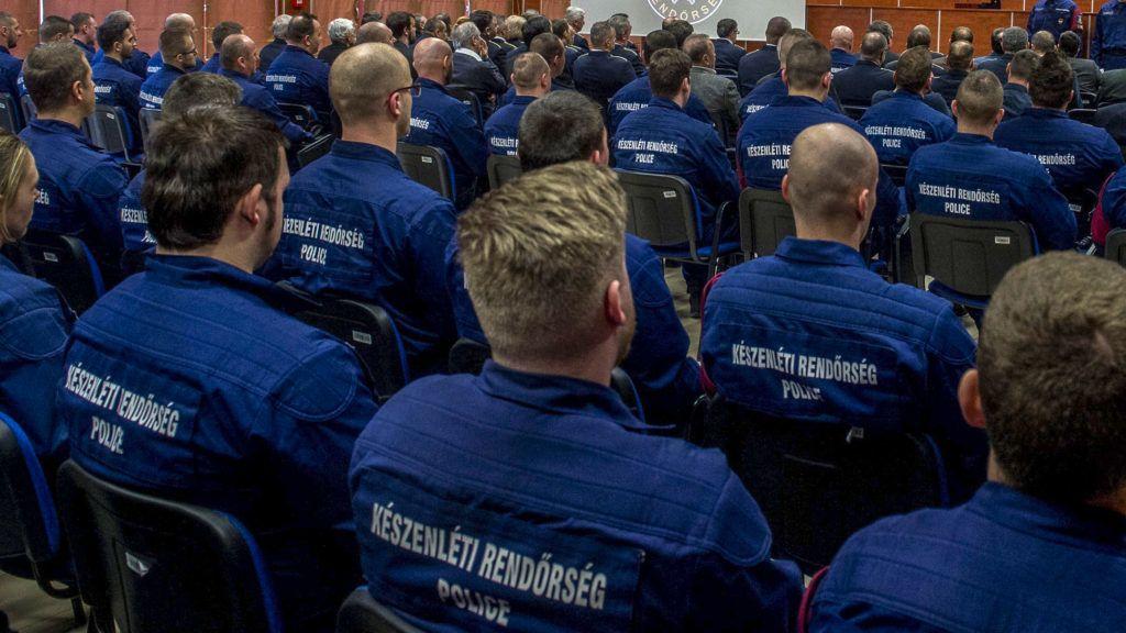 Kiskunhalas, 2019. január 30.Balogh János országos rendőrfőkapitány beszédet mond a Készenléti Rendőrség kiskunhalasi határvadász bevetési osztályának kialakított épületegyüttes átadóünnepségén Kiskunhalason 2019. január 30-án. Az új, most átadott 96 férőhelyes épületegyüttest a kiskunhalasi volt határőrlaktanya területén alakították ki, ahol a Bács-Kiskun Megyei Rendőr-főkapitányság egységei mellett a Készenléti Rendőrség 2012-ben átadott épületében szolgálatot teljesítő XXVII. és a XXVIII. határvadász bevetési osztály állománya is helyet kapott.MTI/Ujvári Sándor