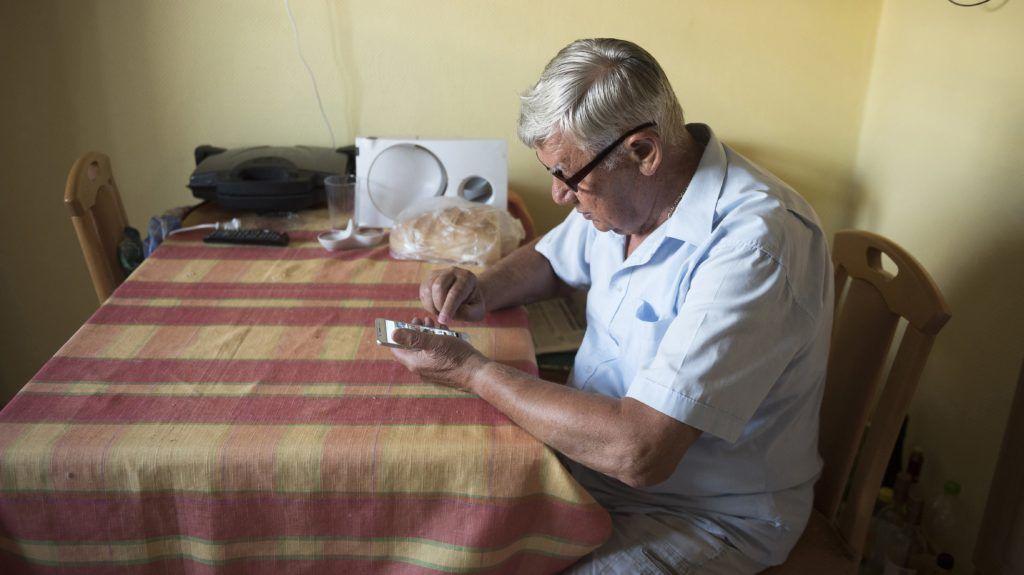 Nyíregyháza, 2018. július 26.  A 74 éves Listván Attila okostelefonján fényképeket nézeget nyíregyházi otthonában 2018. július 23-án. A nyugdíjas férfi több internetes csoport szervezõje, a Szabolcs Táncegyüttes életét évtizedek óta dokumentálja. A családok idõsebb tagjai is egyre otthonosabban mozognak a digitális világban, a netet már használó nagyszülõk, dédszülõk közül egyre több használ kettõ vagy több internetezésre alkalmas eszközt. MTI Fotó: Balázs Attila