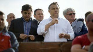 Felcsút, 2013. május 11. Orbán Viktor miniszterelnök (j2) és Mészáros Lőrinc, a felcsúti Puskás Ferenc Labdarúgó Akadémia elnöke (b, a kormányfő mellett) nézi a labdarúgó NB II 26. fordulójában a Nyugati csoportban rendezett Puskás Akadémia-Kaposvári Rákóczi II mérkőzést Felcsúton 2013. május 11-én. Az összecsapást a Puskás Akadémia 2-0-ra megnyerte és feljutott NB I-be. MTI Fotó: Koszticsák Szilárd