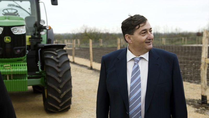 Alcsútdoboz, 2014. november 18. Mészáros Lőrinc (Fidesz-KDNP) felcsúti polgármester a Búzakalász 66 Felcsút Kft. bányavölgyi mangalicatelepének avatásán a Fejér megyei Alcsútdobozon 2014. november 18-án. MTI Fotó: Koszticsák Szilárd