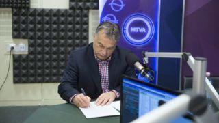 Budapest, 2015. december 4. Orbán Viktor miniszterelnök a Magyar Rádió stúdiójában, ahol interjút ad a Kossuth Rádió 180 perc címû mûsorában 2015. december 4-én. MTI Fotó: Koszticsák Szilárd