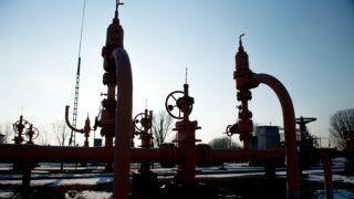 Vecsés, 2017. január 10. Az FGSZ Földgázszállító Zrt. vecsési üzeme 2017. január 10-én. Magyarország energiaellátása biztonságos, a tárolókban megfelelõ mennyiségû gáz van, emellett a hazai termelés és az import biztosítja az ellátást, mondta Aradszki András, a Nemzeti Fejlesztési Minisztérium (NFM) energiaügyért felelõs államtitkára sajtótájékoztatóján. A rendkívüli hideg idõjárás miatt a napi földgázfogyasztás duplája az éves átlagosnak, körülbelül 87 millió köbmétert fogyaszt az ország. MTI Fotó: Koszticsák Szilárd