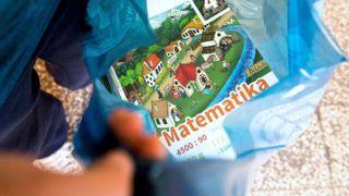Gyál, 2018. augusztus 29. Tankönyveit mutatja egy diák a Gyáli Bartók Béla Általános Iskolában 2018. augusztus 29-én. Az oktatási intézményekbe kevesebb mint egy hónap alatt 12,5 millió tankönyv került ki, ezek közül közel 8,5 millió az állami fejlesztésben kidolgozott kiadvány, a többit magánkiadók adták ki, közölte elõzõ napi tájékoztatóján Rétvári Bence, az Emberi Erõforrások Minisztériumának parlamenti államtitkára. MTI Fotó: Koszticsák Szilárd