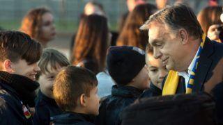 Dunaszerdahely, 2018. november 16. Orbán Viktor miniszterelnök gyerekekkel beszélget a dunaszerdahelyi DAC 1904 futballklub akadémiája, a Mol Labdarúgó Akadémia megnyitó ünnepsége elõtt a szlovákiai Dunaszerdahelyen 2018. november 16-án. MTI/Koszticsák Szilárd