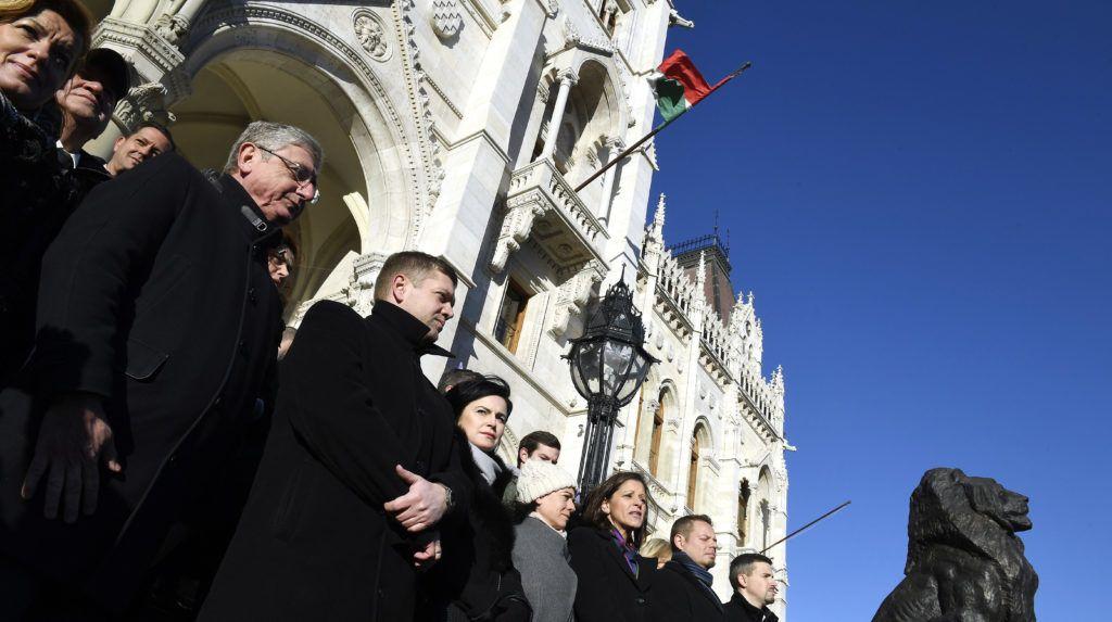 Budapest, 2019. január 3. A Jobbik, az MSZP, a DK, az LMP, a Párbeszéd, valamint a Momentum politikusai, független országgyûlési képviselõkkel kiegészülve közösen álltak ki az Országház fõlépcsõjére a kormánnyal szembeni ellenállás jegyében 2019. január 3-án. Az elsõ sorban balról jobbra: Bangóné Borbély Ildikó, az MSZP, Gyurcsány Ferenc, a DK elnöke, frakcióvezetõje, Tóth Bertalan, az MSZP elnöke, frakcióvezetõje, Kunhalmi Ágnes, az MSZP országgyûlési képviselõje, a párt országos választmányának elnöke, Szabó Tímea, a Párbeszéd társelnöke, frakcióvezetõje, Szél Bernadett független országgyûlési képviselõ, Keresztes László Lóránt, az LMP társelnöke, frakcióvezetõ és Jakab Péter, a Jobbik parlamenti képviselõje. Elõzõleg a képviselõk az Országgyûlés rendkívüli ülésén vettek részt, amely a kormánypártok távolmaradása miatt határozatképtelen volt. MTI/Koszticsák Szilárd