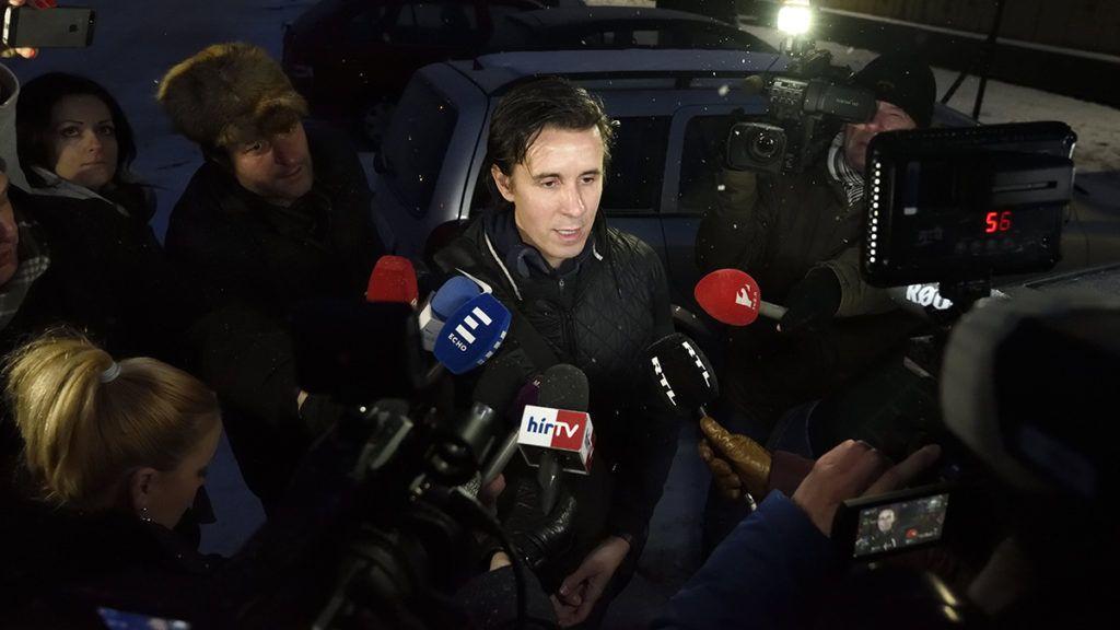 Szeged, 2018. március 1.Czeglédy Csaba nyilatkozik miután elhagyta a Szegedi Fegyház és Börtönt 2018. március 1-jén. Az ügyészség a hivatalos képviselőjelölt Czeglédy mentelmi joga miatt megszüntette a bűnszervezetben, üzletszerűen, különösen jelentős vagyoni hátrányt okozó költségvetési csalás bűntettével gyanúsított politikus előzetes letartóztatását. Czeglédy Csaba (Éljen Szombathely!-MSZP-DK-Együtt) szombathelyi önkormányzati képviselő, ügyvédként az MSZP és a DK is jogi képviseletét is ellátta több ügyben.MTI Fotó: Kelemen Zoltán Gergely