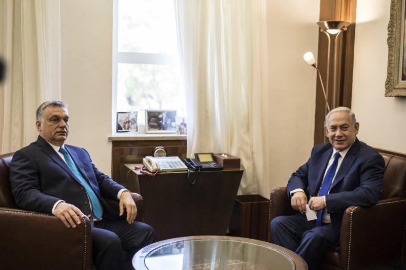 Jeruzsálem, 2018. július 19. A Miniszterelnöki Sajtóiroda által közreadott képen Orbán Viktor miniszterelnök (b) és Benjámin Netanjahu izraeli miniszterelnök négyszemközti megbeszélést folytat Jeruzsálemben 2018. július 19-én. MTI Fotó: Miniszterelnöki Sajtóiroda / Szecsõdi Balázs