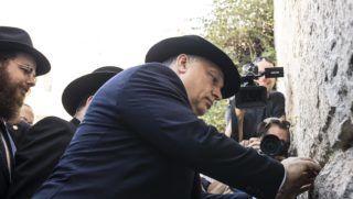 Jeruzsálem, 2018. július 20. A Miniszterelnöki Sajtóiroda által közreadott képen Orbán Viktor miniszterelnök (k) a jeruzsálemi Siratófalnál 2018. július 20-án. Mögötte Köves Slomó, az Egységes Magyarországi Izraelita Hitközség (EMIH) vezetõ rabbija (b). MTI Fotó: Miniszterelnöki Sajtóiroda / Szecsõdi Balázs