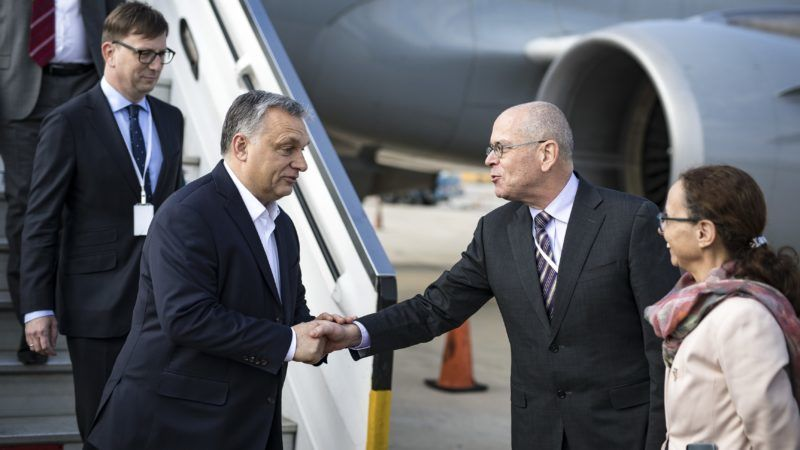 Tel-Aviv, 2019. február 18. A Miniszterelnöki Sajtóiroda által közreadott képen Orbán Viktor miniszterelnök (b2) megérkezik a tel-avivi repülõtérre, ahol Jószéf Amrani izraeli nagykövet fogadja 2019. február 18-án. MTI/Miniszterelnöki Sajtóiroda/Szecsõdi Balázs