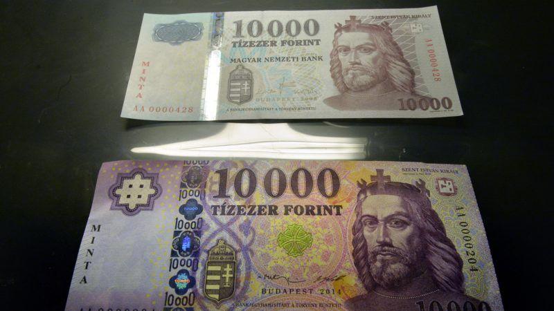 Budapest, 2014. szeptember 1. Az új tízezer forintos bankjegy mintája látható egy tárlóban a korábbi bankjegy elõtt a Magyar Nemzeti Bank (MNB) Milyen lesz a magyar készpénz? címû sajtótájékoztatóján az MNB budapesti székházában 2014. szeptember 1-jén. A jegybank megújítja a bankjegysorozatot; elõször a tízezer forintos bankjegyek változnak, ezek szeptember 2-tõl ugyan már hivatalos fizetõeszköznek számítanak, de a gyakorlatban decembertõl jelennek meg a forgalomban. MTI Fotó: Máthé Zoltán