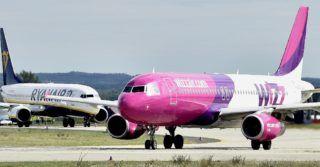 Budapest, 2017. szeptember 15. Az ír Ryanair és a magyar hátterû Wizz Air diszkont légitársaságok repülõgépei a Liszt Ferenc Nemzetközi Repülõtéren 2017. szeptember 15-én. A világ egyik legmodernebb repülõtéri tûzoltóautóját, az osztrák Rosenbauer gyár legújabb fejlesztésû Panther 6x6-os tûzoltó jármûvét adták át a Fõvárosi Katasztrófavédelmi Igazgatóság (FKI) kötelékébe tartozó Repülõtéri Hivatásos Tûzoltóparancsnokság tûzoltóinak. Az új tûzoltóautó érdekessége a korábbi modelleknél másfélszer nagyobb szivattyúteljesítmény (9000 liter percenként) és az a 16 méteres, hõkamerával felszerelt kinyitható oltókar, amivel még hatékonyabb lehet az oltás, akár az széles törzsû nagy repülõgépek esetében is mint a Boeing 777 vagy 747-8F, amelyek rendszeres vendégek a budapesti repülõtéren. MTI Fotó: Máthé Zoltán