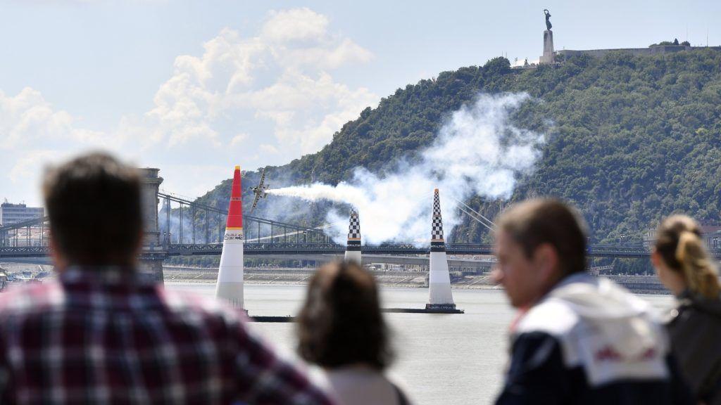 Budapest, 2018. június 23. Genevey Dániel repül a Duna felett a Red Bull Air Race Challenger Class kategóriájának harmadik szabadedzésén Budapesten 2018. június 23-án. MTI Fotó: Máthé Zoltán