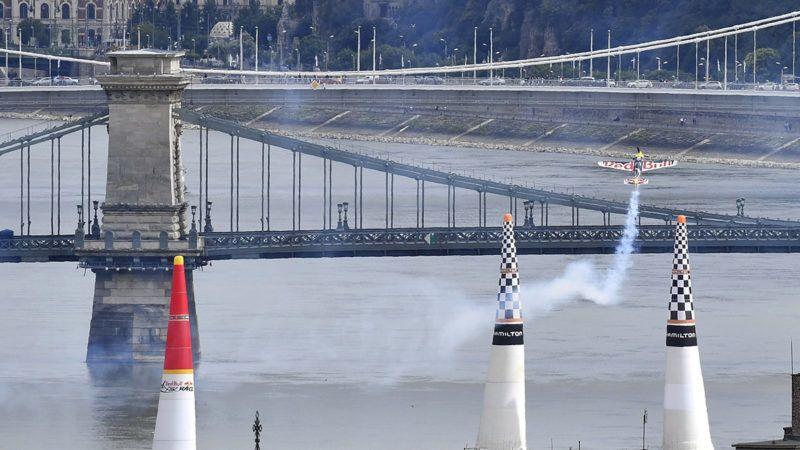 Budapest, 2018. június 24.A későbbi győztes cseh Martin Sonka repül Edge 540 V3 típusú repülőgépével a Duna felett a Red Bull Air Race Master Class kategóriájának döntőjében Budapesten 2018. június 24-én. A háttérben a Lánchíd és az Erzsébet híd látható.MTI Fotó: Máthé Zoltán
