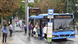Budapest, 2018. szeptember 3. Villamospótló busz a II. kerületi Szilágyi Erzsébet fasoron, a Budagyöngye megállónál 2018. szeptember 3-án. Szeptember 1-jén a 61-es villamos 2017-ben felújított vonalán, a Kelemen László utcai megállónál a hatalmas mennyiségû esõvíz kimosta a sínek alól a zúzottkõ ágyazatot. A BKV közlése szerint a villamosforgalom a hét második felében indulhat újra az érintett szakaszon. MTI Fotó: Máthé Zoltán